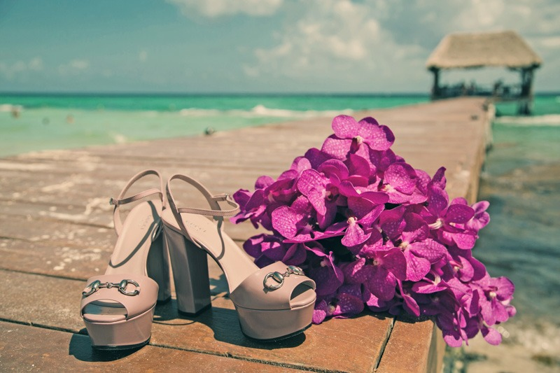 A (200) Bride´s shoes and bouquet on Cancun Pier- Wedding photographers in Cancun