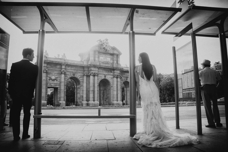Bride and groom at Bus stop in Puerta de Alcala- wedding photographers in Madrid