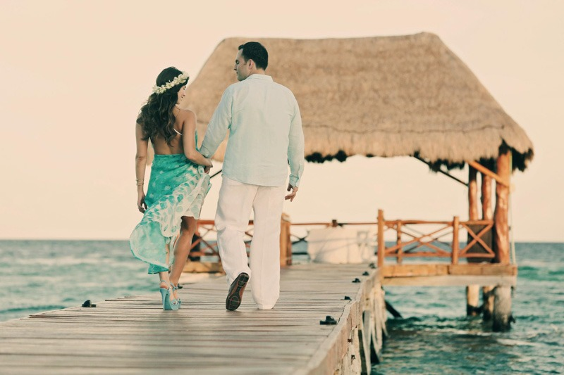 Bride and groom walking on Pier in Azul Fives Hotel - Playa del Carmen wedding photographers