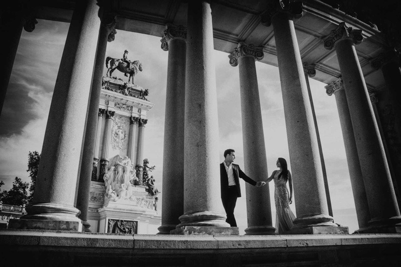 Engagement photo session at Parque del Retiro in Madrid- Spain wedding photographers