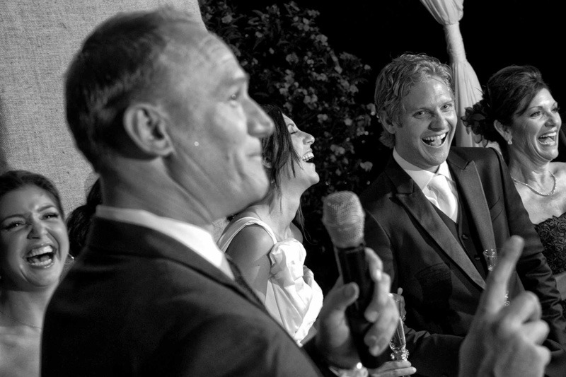 Groom´s dad giving funny speech-Wedding photographers of El Salvador