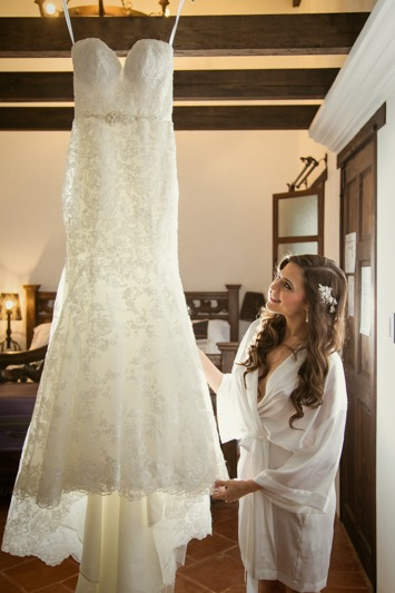 TC-1033 Bride with her wedding gown - Destination weddings in Antigua Guatemala