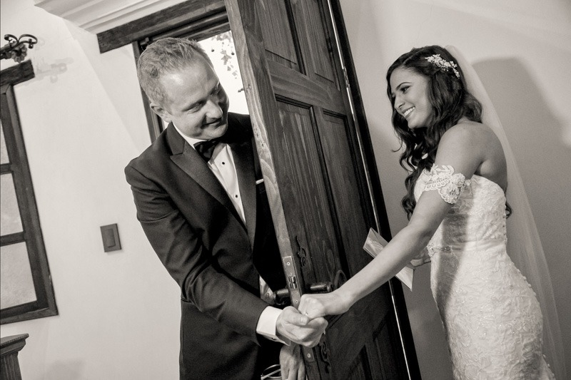 TC-1070 Triptico-3 Wedding first look in Antigua Guatemala - Wedding photographers in Antigua