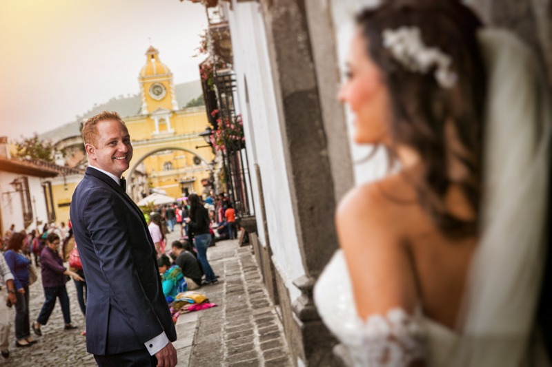 TC-1130 Bride and groom and the Colonial Arch of Antigua Guatemala - Colonial town wedding photographers