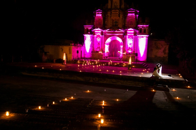TC-1324  Night photo of Colonial Church in Antigua Guatemala with bride and groom - Wedding photographers Antigua Guatemala