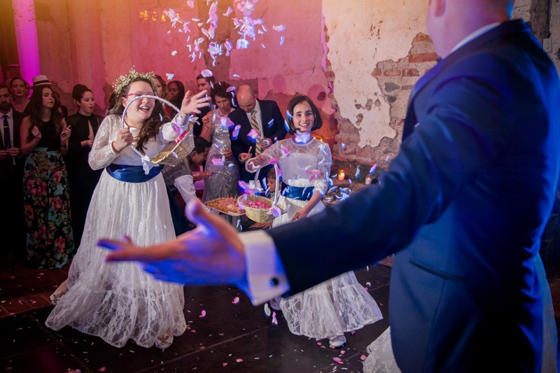 TC-1382 Flower girls throwing petals - Destination weddings in Antigua Guatemala